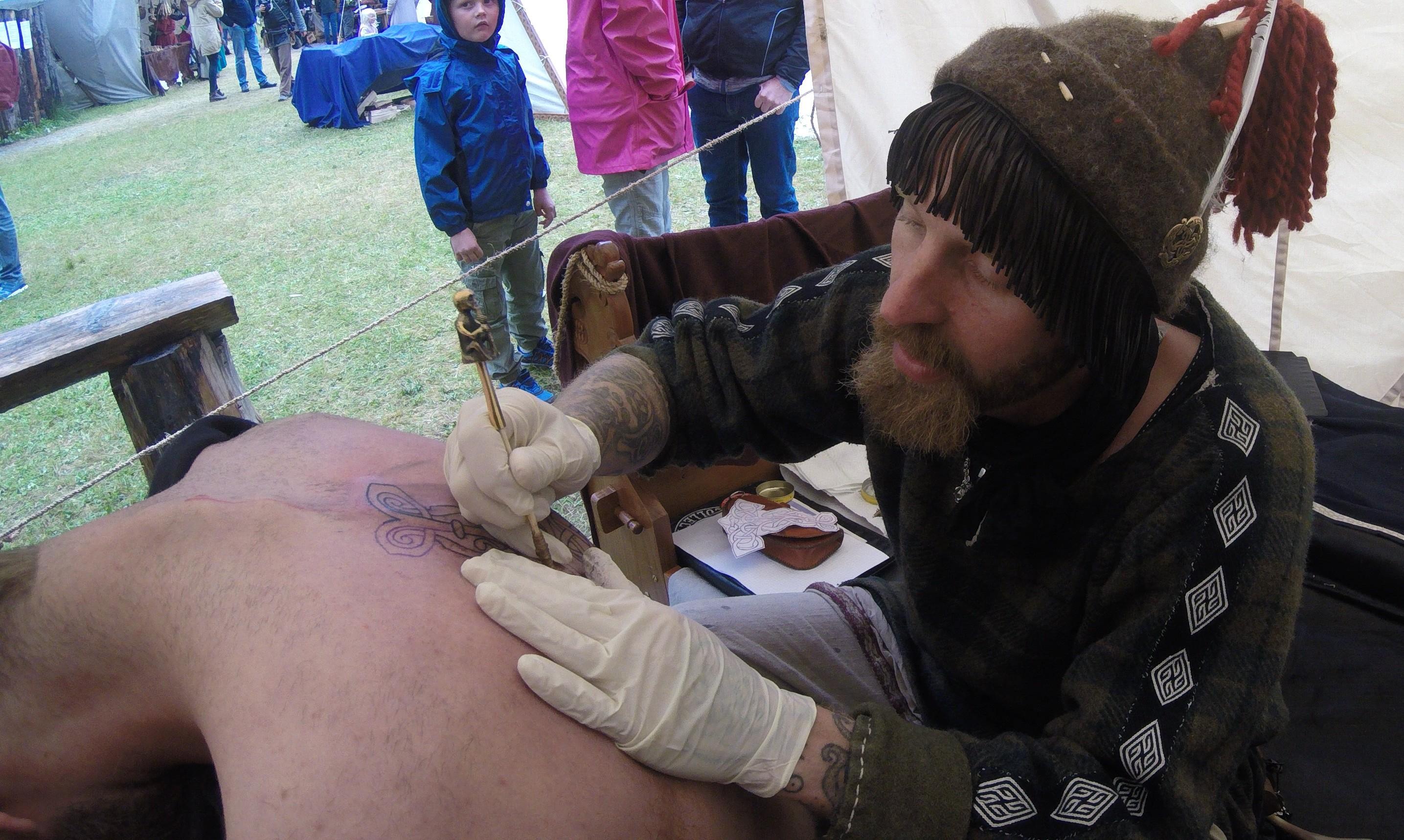 Kai-Uwe pratique l'art du tatouage avec parfois des rituels précis